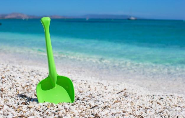Giocattolo della spiaggia del bambino di estate nella sabbia bianca