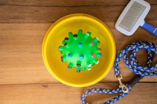 Giocattolo di gomma con forniture su legno. concetto di accessori per animali domestici