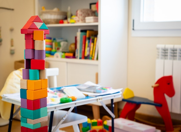 Giocattolo luminoso colorato blocchi di legno. costruzione di mattoni torre, castello, stanza dei bambini come a