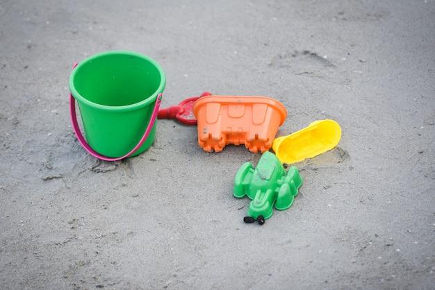 Giocattolo per bambini sulla spiaggia sabbiosa