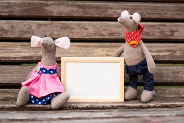 Giocattolo topolino, simbolo del cinese felice nuovo 2020 in abito blu e decorazioni di capodanno.