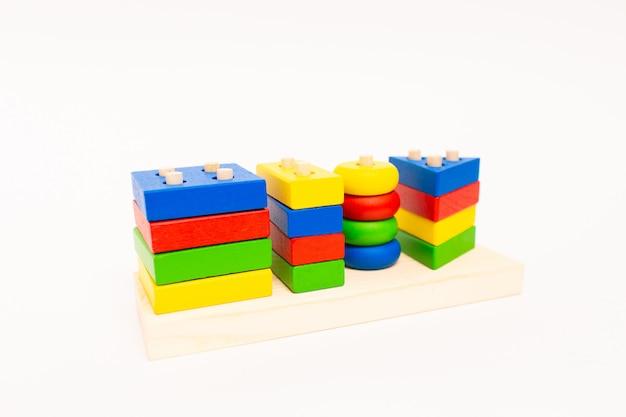 Giochi di blocchi di legno, mattoni multicolori per l'edilizia. concetto di educazione precoce