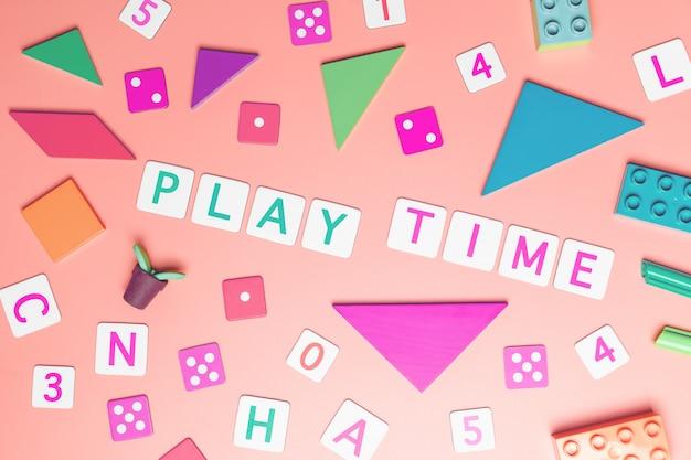 Giochi il concetto di tempo con il giocattolo e gli oggetti per il concetto di educazione dei bambini