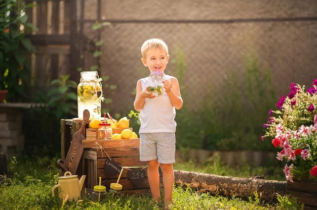 Giochi per bambini con limonata nel cortile.