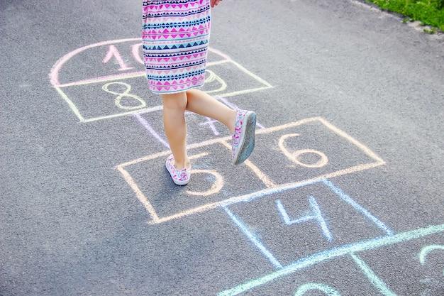 Giochi per bambini di strada in classici. messa a fuoco selettiva