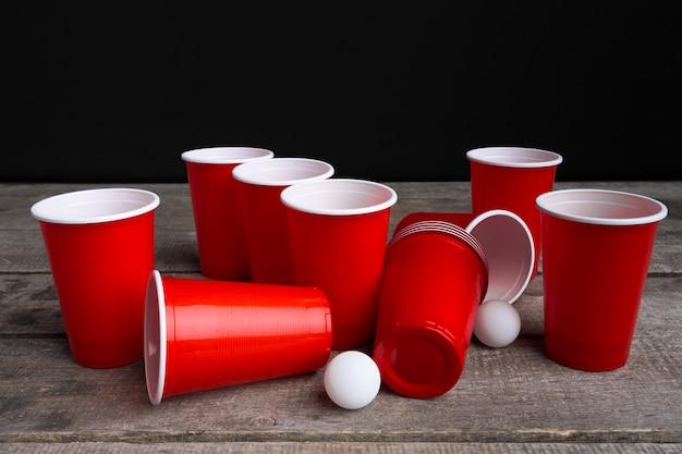 Gioco beer pong sul tavolo di legno