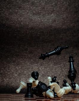 Gioco da tavolo per scacchi. gestione della strategia aziendale e concetto di successo. lavoro di squadra con competizione e successo strategico. scontro a scacchi, rimbalzare su una tavola. girare la scacchiera.