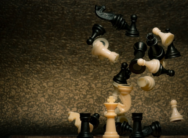 Gioco da tavolo per scacchi. gestione della strategia aziendale e concetto di successo. leader con competizione e successo strategico. salva la strategia del re nella partita a scacchi. potere del re e vincere il gioco.