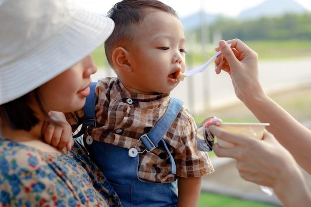 Gioco del bambino del ragazzo del bambino dell'asia all'aperto