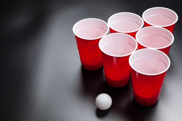Gioco del college del beer pong su fondo nero