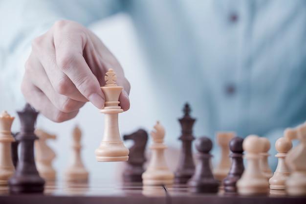 Gioco dell'uomo d'affari con il gioco di scacchi nel gioco di successo della concorrenza, strategia di concetto e gestione o direzione riuscite