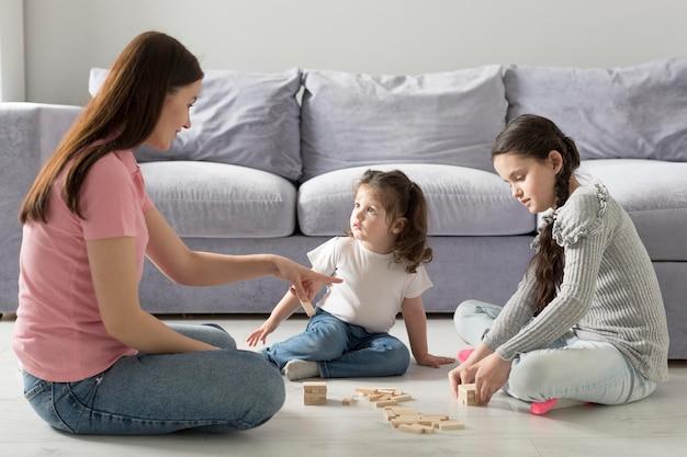 Gioco della madre e delle ragazze della foto a figura intera