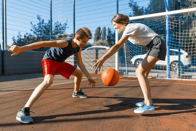 Gioco di basket di streetball con due giocatori