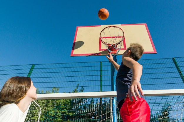 Gioco di basket streetball con due giocatori
