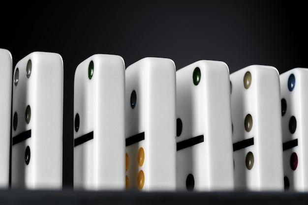 Gioco di domino. domino su un tavolo nero