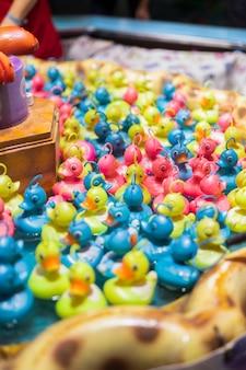 Gioco di pesca alle anatre giocattolo con anatre colorate