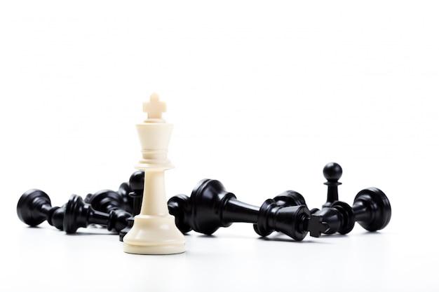 Gioco di scacchi o pezzi degli scacchi con fondo bianco