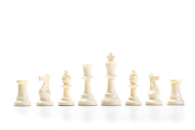 Gioco di scacchi o pezzi degli scacchi con superficie bianca