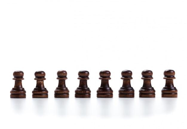 Gioco di scacchi o pezzi degli scacchi su bianco