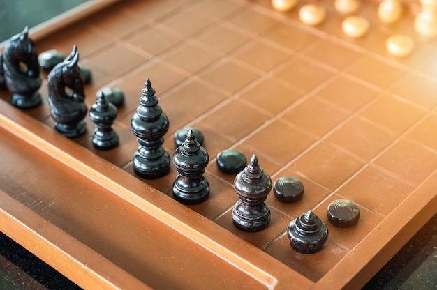 Gioco di scacchiera in legno con pezzi degli scacchi pronti a giocare