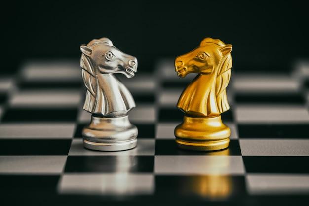 Gioco di strategia di battaglia di intelligenza di battaglia di scacchi. business leader e idea di successo di scacchi.
