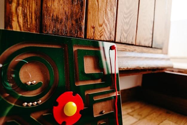 Gioco in legno, un labirinto magnetico per sfidare l'intelligenza dei bambini.
