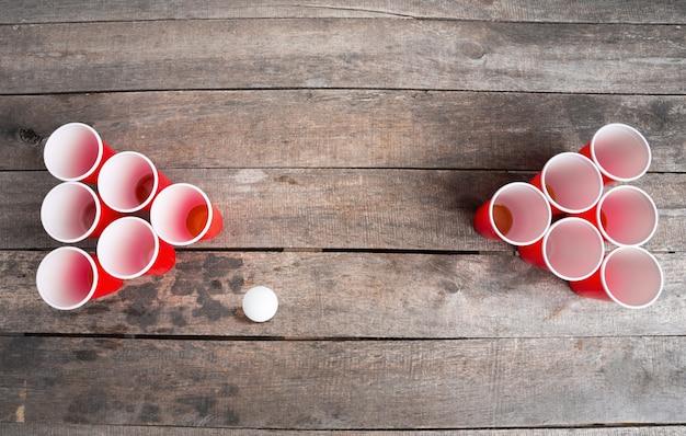 Gioco pong della birra sulla tavola di legno
