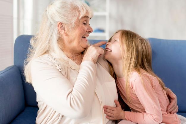 Giocosa nonna con ragazza