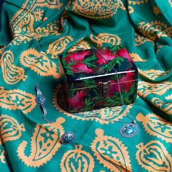 Gioielli all'interno di una confezione regalo rossa artigianale