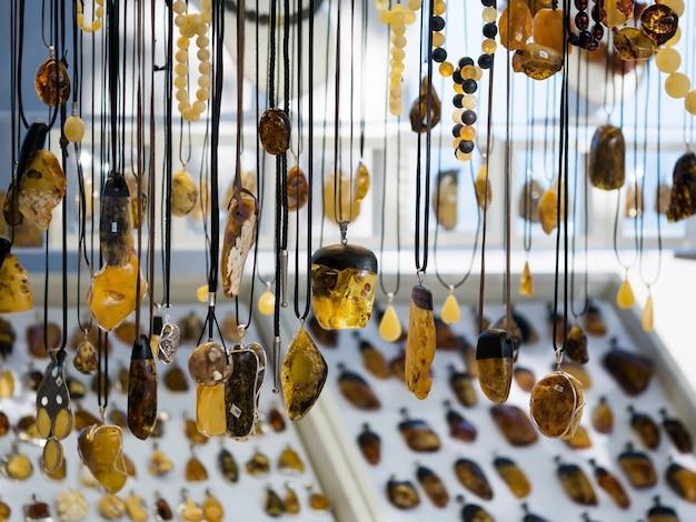 Gioielli in ambra appesi sul mercato della città