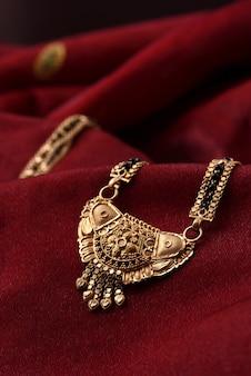 Gioielli tradizionali indiani su panno morbido
