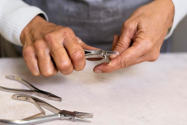 Gioielliere utilizzando strumenti per la creazione di accessori
