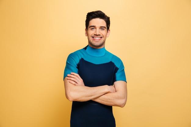 Gioioso giovane uomo vestito in costume da bagno