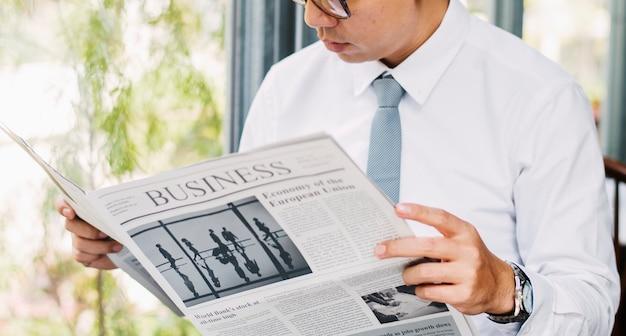 Giornale della lettura dell'uomo d'affari di mattina