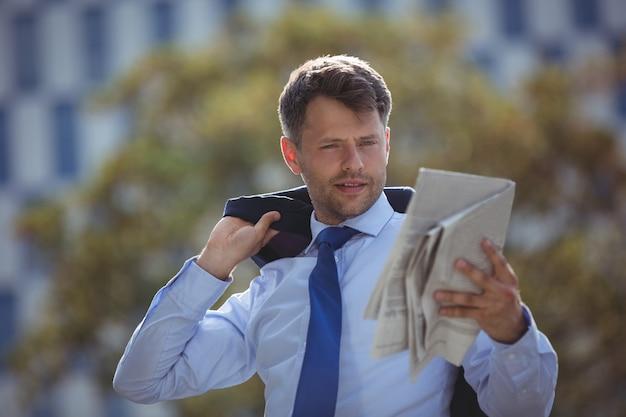 Giornale di lettura uomo d'affari bello