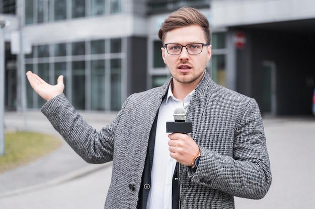 Giornalista maschio di alto angolo