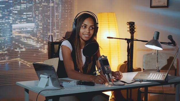 Giornalista multirazziale che fa intervista online.