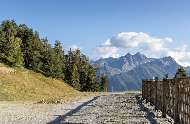 Giornata di sole autunnale in montagna.