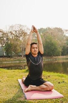 Giornata di sole, natura e yoga