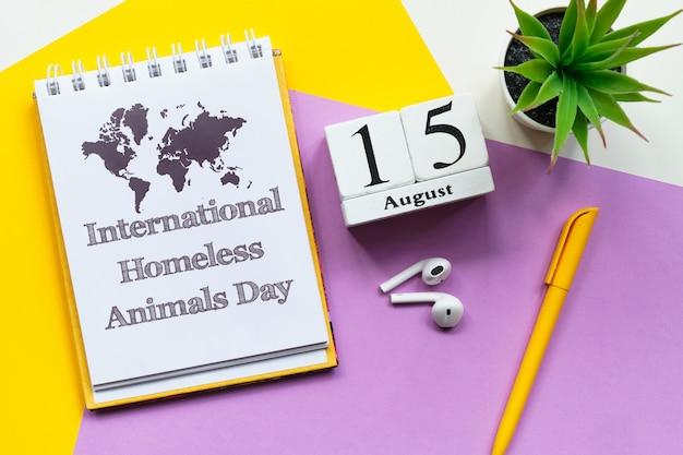 Giornata internazionale dei senzatetto calendario mensile del quindicesimo giorno su blocchi di legno con spazio di copia