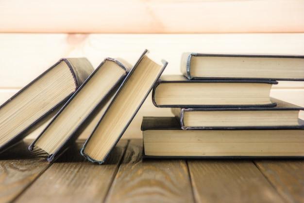 Giornata mondiale del libro. pila di libri colorati. educazione di base. di nuovo a scuola. concetto di business dell'istruzione. copia spazio per il testo