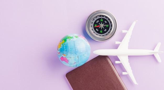 Giornata mondiale del turismo con aereo modello giocattolo minimo