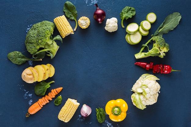 Giornata mondiale vegana. pagina di vari ingredienti vegetariani freschi per la cottura della vista sopraelevata del piatto del vegano