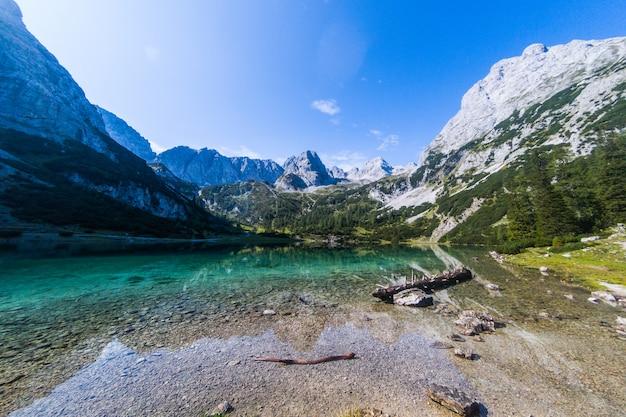 Giorno d'autunno in un paesaggio naturale con montagne e un lago
