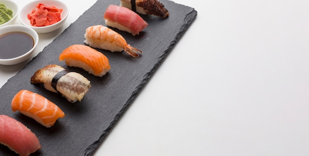 Giorno dei sushi del primo piano con lo spazio della copia