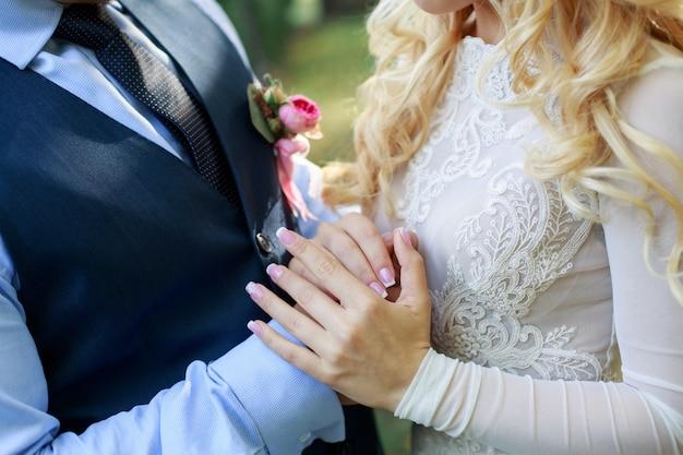 Giorno del matrimonio. sposi che si tengono per mano sulla cerimonia di matrimonio.