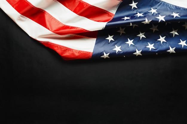 Giorno del patriota degli stati uniti, bandiera dell'america su sfondo nero