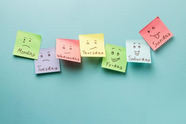 Giorno della settimana ed espressione del viso. adesivi colorati