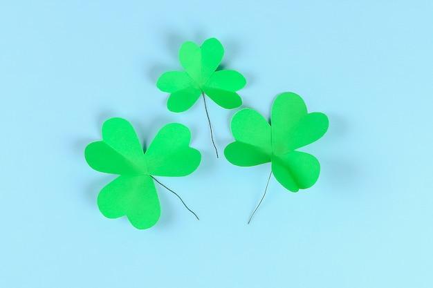 Giorno della st patricks del trifoglio verde di diy su fondo blu.