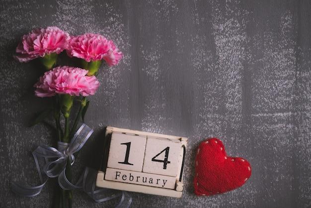 Giorno di biglietti di s. valentino e concetto di amore su fondo di legno.
